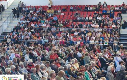 Idősek világnapja az arénában – Az önkormányzat operettgálával köszöntötte a szépkorúakat