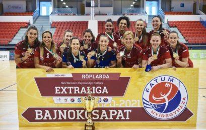 Aranyérmes röplabdások – A Fatum Nyíregyháza játékosai átvehették a bajnoki serleget